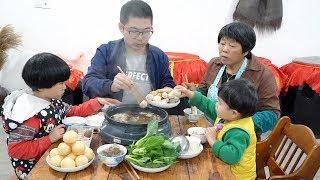 天氣轉涼,吃一鍋熱騰騰的火鍋,一家人圍著桌子猛吃,太爽了