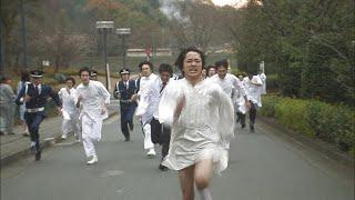 隙を突いてゼロ教会の教団本部に、サソリの扮装をし、日本刀と爆弾を持...
