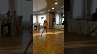 Танцевала одна  в первый раз на свадьбе сестры