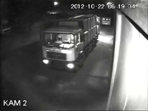 Водитель мусоровоза погиб: его затянуло внутрь машины