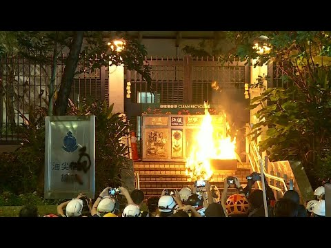 Honk Kong: protesters light a fire next to Kowloon's police   AFP