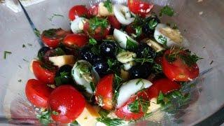Салат из перепелиных яиц, маслин, сыра и помидор.