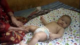 Cara Pijat Bayi Tradisional Indonesia