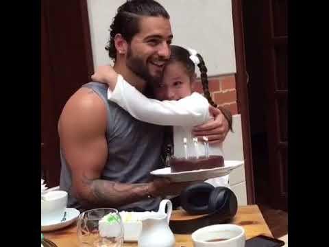 Maluma le canta las mañanitas a la hija de su guardaespaldas