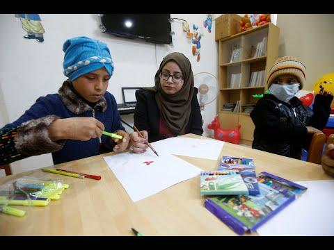 ناجية من السرطان تواصل معركتها برسم البسمة على شفاه أطفال العراق  - 14:00-2020 / 1 / 19