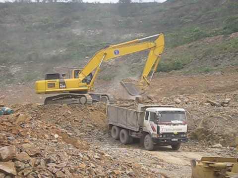máy xúc Komatsu PC450 khai thác sét để sản xuất xi măng/ clay for cement production