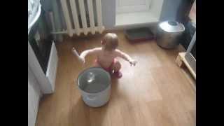 Мама готовит, дочка музицирует...