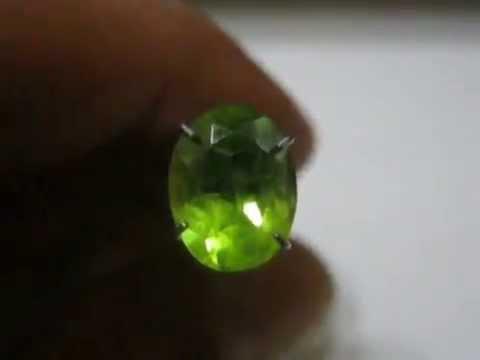 batu permata peridot oval cut carat warna hijau muda