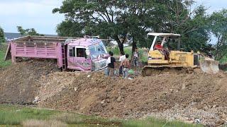 ឡានបែន៥តោនជាប់ផុង និងចាក់ដី dump trucks getting stuck and unloading dirt