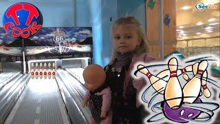 ✔ Кукла Ненуко и девочка Ярослава играют в боулинг в Игровом Центре / Nenuco Doll plays bowling ✔