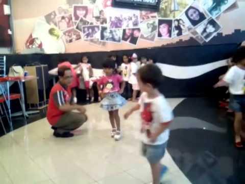 Melatih Modeling Fashion Show Anak Di Kfc Kids Club