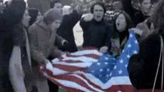 Anna Allen - 1x11 - Marta y Toni manifestación imperialismo