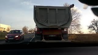 rozbité čelní sklo od náklaďáku