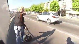 Кража сумки и помощь мотоциклиста. Киев 28.04.16 Be a hero!(Мій друг помітив чоловіка з сумкою, який стрімко біг від жінки. Одразу зрозумівши в чому справа, почав доган..., 2016-04-28T20:16:28.000Z)