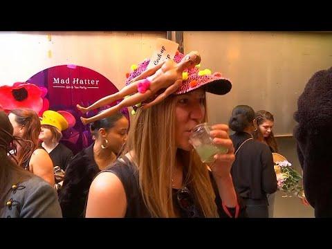 شاهد: عشاق أليس ينظمون حفل شاي على شاكلة -صانع القبعات المجنون-…  - نشر قبل 17 دقيقة