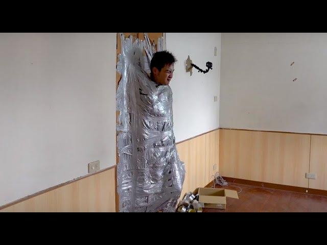 #20【谷阿莫Life】被膠帶包得像蛹一樣的黏在門上逃得掉嗎?