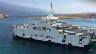 Fähre legt auf der Insel Rab in Kroatien an
