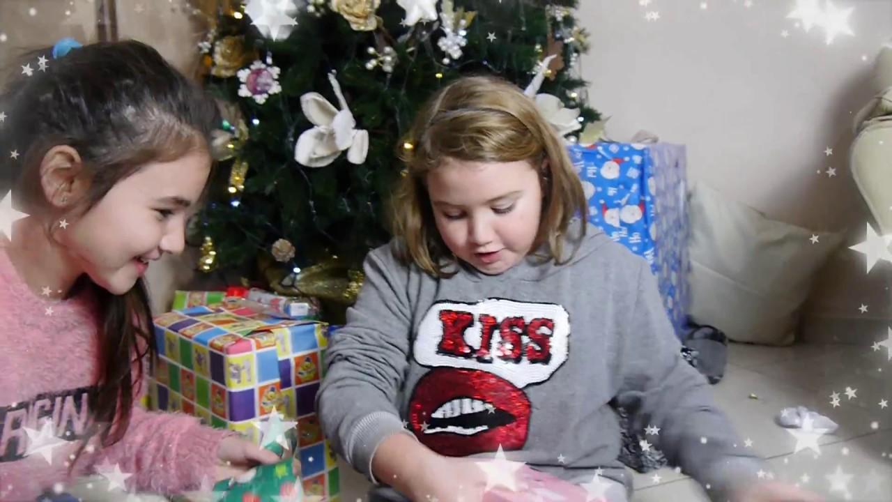 Bambini Che Scartano I Regali Di Natale.Giulia Apre I Regali Di Natale By Marghe Giulia Kawaii
