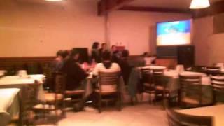 Cah, Lari e Nikk no karaoke!