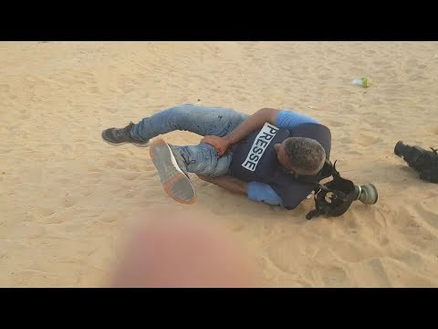 Israeli forces kill Palestinian journalist covering Gaza rally  لحظة اصابة الصحفي خليل ابوعاذرة
