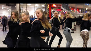 Girls dancing flash mob in the city - Sweden