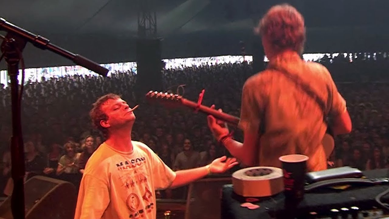 mac demarco lets fan thijs play guitar on 39 freaking out the neighbourhood 39 at lowlands 2017. Black Bedroom Furniture Sets. Home Design Ideas