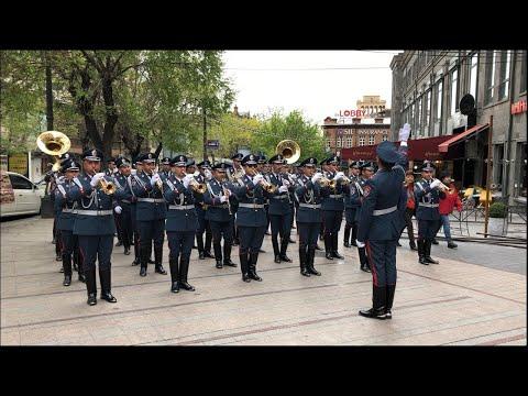 Полицейский оркестр устроил праздничный тур в центре Еревана – зрители в восторге