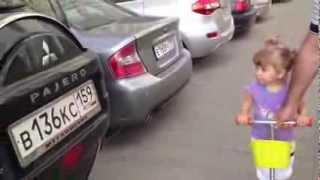 Une Fille de 2 ans experte en marque de voitures