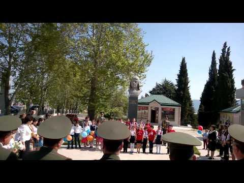 9 мая 2014 года Степанакерт, выступление детей у памятника Степаняну Нельсону Георгиевичу