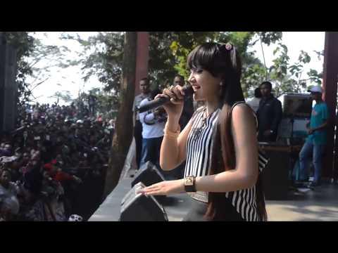 (Jihan Audy) Berpose Manis Ketika Menyanyikan Jaran Goyang (Lautan Penonton)