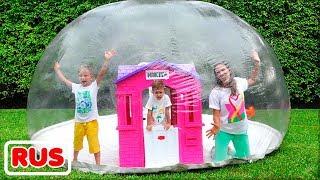 Влад и Никита строят детский надувной домик