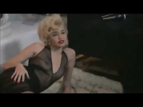 Miley Cyrus tạo dáng gợi cảm chụp hình thời trang