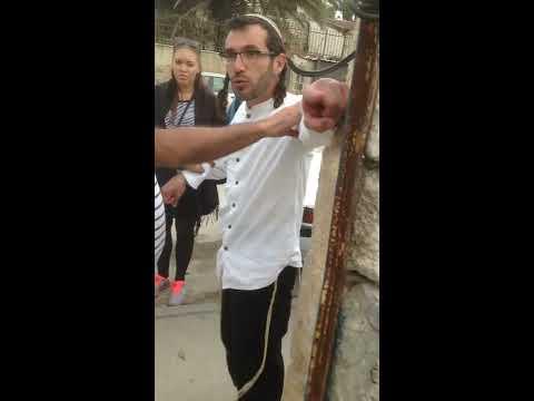 Israeli settler provokes Palestinian tour guide and Norwegian group in Sheikh Jarrah