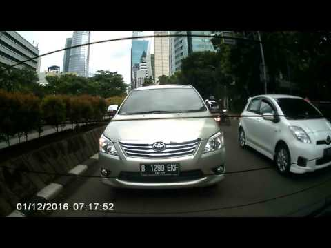 Dashcam Indonesia. Daihatsu Taft Hit Toyota Innova