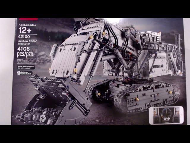 Der Liebherr Excavator von Lego wird aufgebaut.