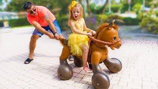 ستايسي والأب يلعبان مع حصان لعبة مجنون.