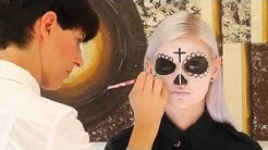 Make-up für Halloween: So macht man eine mexikanische Totenmaske