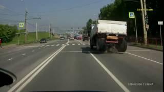 У грузовика на дороге в Ярославле отвалился задний мост(, 2016-05-27T08:14:07.000Z)
