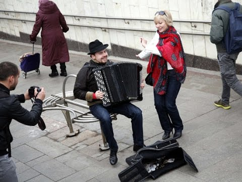 Russian famous accordion player earned more playing in metro than American famous violinist! (БАЯН!)