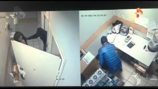 Камеры запечатлели дерзкое ограбление  Пятерочки  в Москве .(, 2016-02-25T08:49:08.000Z)
