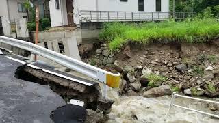 近所に複数箇所ある道路崩落現場です.
