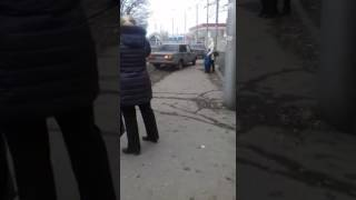 """В Саратове автохамы на """"ВАЗах"""" катаются по трамвайным путям"""