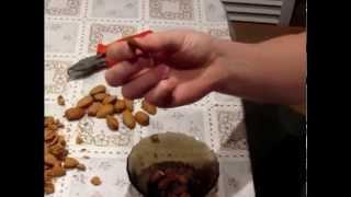 Как расколоть миндальный орех. How to split almonds.