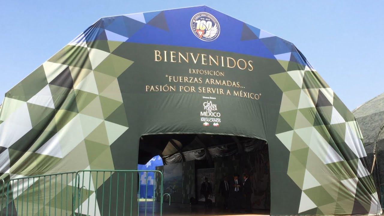 Vista de una pancarta de entrada a la exposición de las Fuerzas Armadas