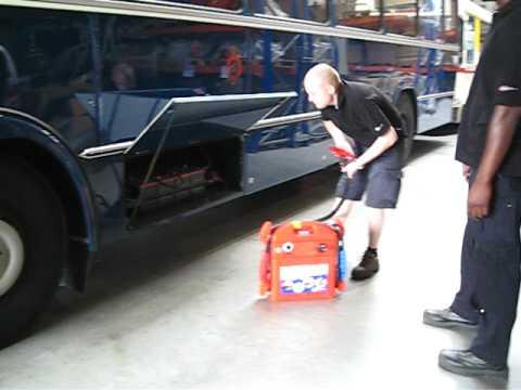 sos booster d marrage d 39 un bus avec un booster de batterie 24v jump starting a 24v bus youtube. Black Bedroom Furniture Sets. Home Design Ideas