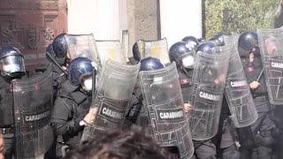 Sciopero generale, a Napoli lancio di uova contro Confindustria
