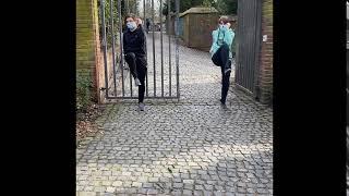 Arm/Bein kreuzen Skulpturengarten Abteiberg - Muskelkater Rundweg