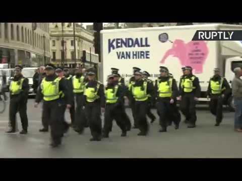 «Londres est attaqué» : slogan d'une manifestation qui risque de dégénérer (Direct du 1.04)