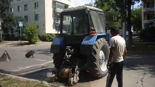 Kaluga shahrida Patching, bu traktor bo'yicha qoldiruvchi MTZ-82
