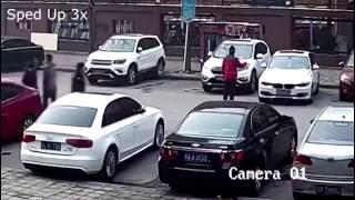Водитель BMW показывает мастерство парковки
